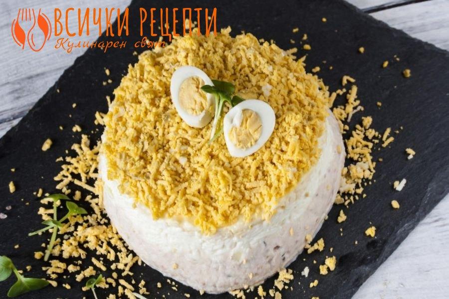 Солена палачинкова торта с руска салата