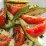 Салата с авокадо и домати