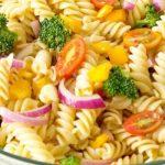 Салата с макарони и зеленчуци