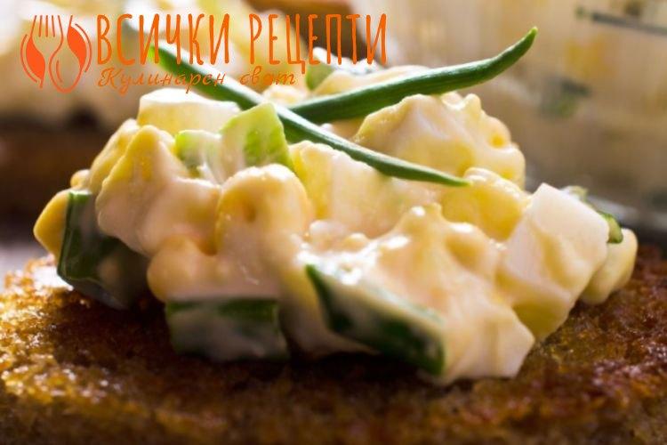Яйчена салата с кисели краставички