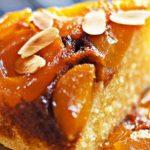 Сладкиш с компот от кайсии и карамелизирана захар